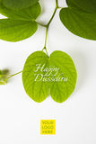 印地安节日dussehra,显示有传统印地安甜点pedha的金黄叶子在黄色背景的银色碗,招呼c 库存图片