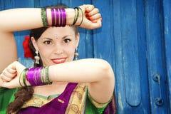 印地安莎丽服的舞蹈家 免版税库存图片