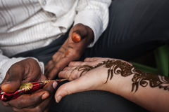 印地安街道大师使用无刺指甲花浆糊或mehndi 库存照片