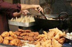 印地安街道食品厂家在一条繁忙的路做普遍的samosas 免版税库存图片