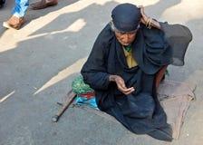 印地安资深妇女寻找的帮助/乞求 库存照片