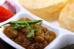 印地安辛辣料理, chole绿色辣椒bhature顶部  免版税库存图片