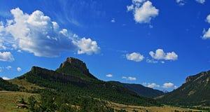 死印地安通行证-漂浮的云彩-在Cody和黄石国家公园之间在怀俄明 免版税库存图片