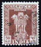 印地安邮票显示四头印地安狮子Ashoka柱子的首都,大约1958年 免版税库存照片