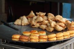 印地安食物和Samosas 免版税库存图片