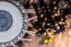 印地安鼓和铙钹在织地不很细背景-冠上在看法下 免版税库存图片