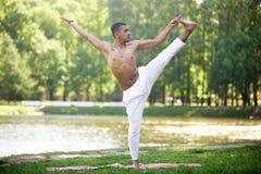 印地安年轻人实践的瑜伽 免版税库存图片
