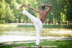 印地安年轻人实践的瑜伽 免版税图库摄影