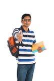 印地安年轻学生运载的书 库存照片