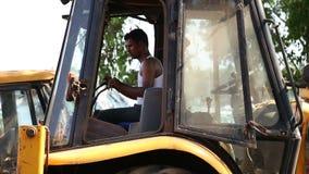 印地安从cabine的人控制挖泥机 影视素材