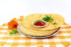 印地安gujrati快餐khakhra或酥脆roti或酥脆薄煎饼面包 免版税图库摄影