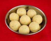 印地安laddoo在一个银盘对待反对红色桌布 免版税图库摄影