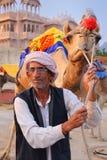 印地安mand站立与骆驼的在人Sagar湖在斋浦尔, Ind 免版税库存照片