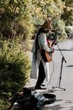 印地安musican在公园 免版税库存图片