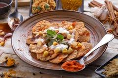印地安streetfood papri chaat装饰和服务用酸奶 免版税库存图片