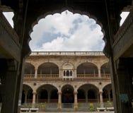 印多尔历史的Rajwada曲拱和柱子  库存图片