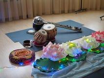 印度乐器、名字Mirudangam或Tabla和锡塔尔琴 俄罗斯,萨拉托夫- 2019年4月05日 库存照片
