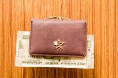 印度五百500卢比在棕色颜色钱包皮革钱包的钞票在一张木桌上 企业财务经济概念 免版税库存图片