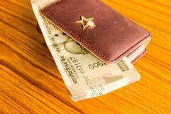 印度五百500卢比在棕色颜色钱包皮革钱包的钞票在一张木桌上 企业财务经济概念 库存照片