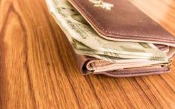 印度五百500卢比在棕色颜色钱包皮革钱包的钞票在一张木桌上 企业财务经济概念 图库摄影