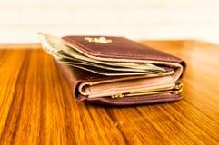 印度五百500卢比在棕色颜色钱包皮革钱包的钞票在一张木桌上 企业财务经济概念 免版税图库摄影