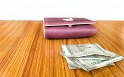 印度五百500卢比在棕色颜色钱包皮革钱包的钞票在一张木桌上 企业财务经济概念 库存图片