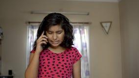 印度亚洲责骂某人手机电话正面图画象恼怒的表示的白种人恼怒的翻倒懊恼女孩孩子 股票视频