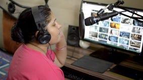 印度亚裔白种人音乐家妇女女孩在桃红色T恤杉在家唱歌的和记录的歌曲演播室 台式计算机显示器i 股票视频