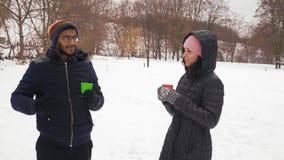 印度人和美女谈话和饮料咖啡在冬天在森林里 影视素材