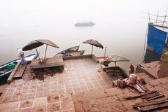 印度人民的VAwakening &沐浴在有薄雾的早晨的河恒河 免版税库存图片