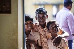 印度公立学校,校服的招呼的孩子新的天 免版税库存照片