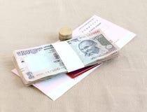 印度卢比和硬币、信用和转账卡和检查 免版税库存图片