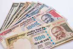 印度卢比500和1000在美元钞票的钞票 免版税库存图片