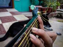 印度吉他弹奏者在庭院里 免版税库存图片