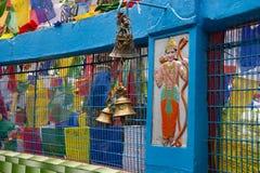印度和佛教宗教标志、祷告旗子和响铃 库存图片