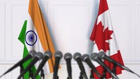 印度和加拿大的旗子在国际会议或交涉新闻招待会 股票视频