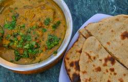 印度咖喱用Roti面包 免版税库存图片