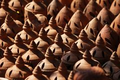 印度土制罐,黏土,古色古香的手工制造形状,瓦器,传统陶瓷市场 库存照片