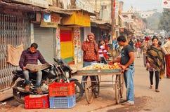 印度城市的早晨有农厂贸易商和人读书报纸的 免版税库存照片