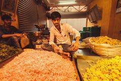 印度城市花市场的年轻贸易商  免版税库存图片