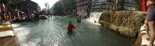 印度女孩在水中 库存图片