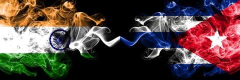 印度对古巴,肩并肩被安置的古巴烟旗子 印度人和古巴的厚实的色的柔滑的烟旗子,古巴 皇族释放例证