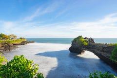 印度寺庙与蓝天,印度尼西亚的Pura Tanah全部 库存照片
