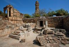 印度寺庙和15世纪塔废墟  免版税库存图片