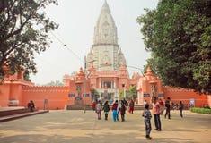 去印度寺庙新的Vishwanath Mandirtreet的人们 免版税库存照片