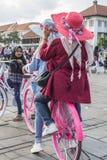 印度尼西亚人民在雅加达,印度尼西亚租用自行车并且乘坐他们在Fatahillah广场 免版税图库摄影