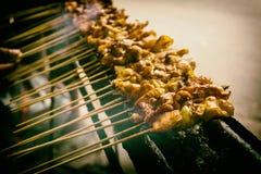 印度尼西亚传统地方食物心满意足或satay在与在雅加达拍的烟照片的格栅印度尼西亚 库存图片