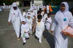 印度尼西亚回教儿童麦加朝圣朝圣训练 库存图片