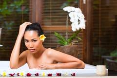 印度尼西亚妇女有健康浴在温泉 免版税库存图片