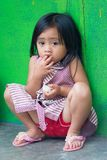 印度尼西亚孩子画象在绿色墙壁上的 免版税库存图片